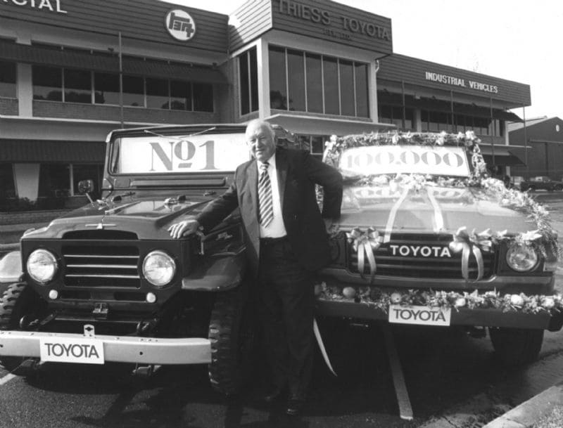Sir Leslie Thiess in 1981, alongside the first and the 100,000th LandCruiser sold by Thiess-Toyota